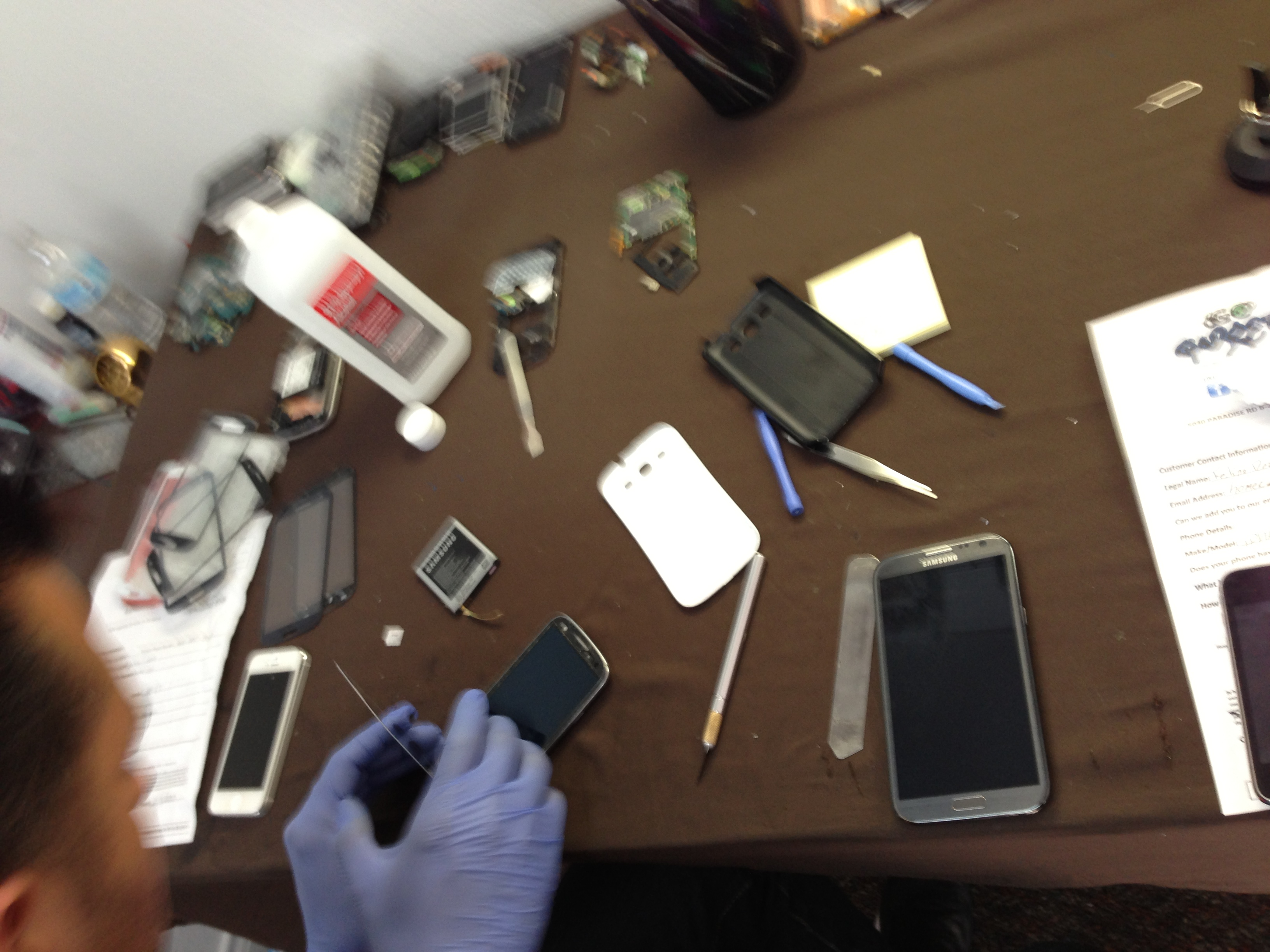 iphone screen repair las vegas our technicians doing iphone repair in las vegas 17699